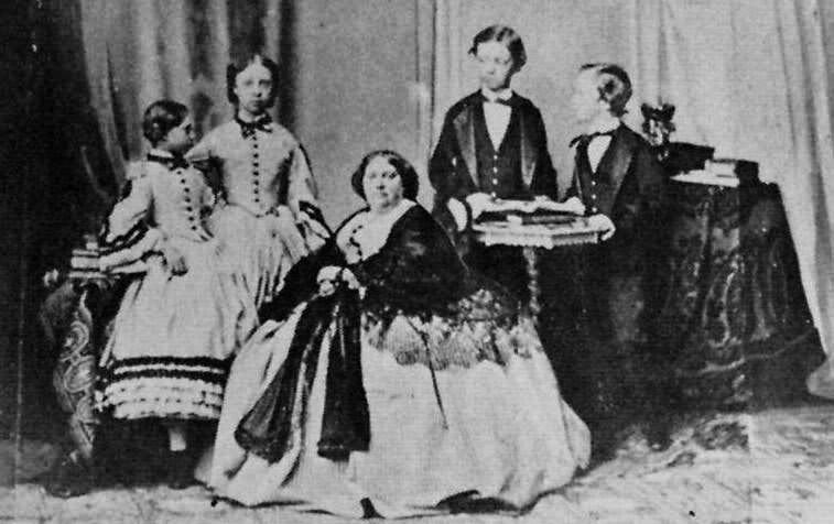 Louise Marie Thérèse d'Artois with her children, early 1860s